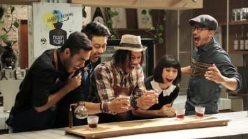 Meracik kopi paling nikmat di Filosofi Kopi     Arsip Visinema Pictures