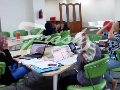 Para wanita yang sedang sibuk mengurusi pekerjaanya (Ulfah Choirun Nissa/Suaka)