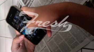 Seseorang yang sedang surfing di dunia maya dengan gadget yang dimilikiya (Hasna Salma/Suaka)