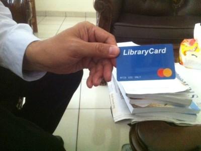 Kepala perpustakaan Ija Suntana sedang menunjukkan kartu perpustakaan baru yang sudah dilengkapi dengan Radio Frequency Identification (RFID) di Gedung Rachmat Djatnika, Selasa (22/8/16). Hasna Salma/SUAKA