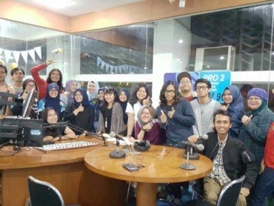 Foto bersama Young Announcher Club (YAC) selepas kunjungan ke Radio Republik Indonesia (RRI) Pro2, Jalan Diponegoro No. 61 Bandung, Sabtu (26/11/2016).