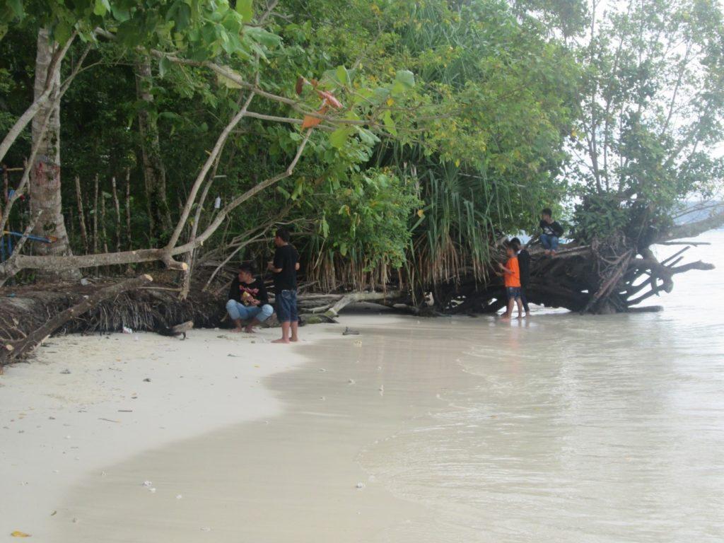 Para pengunjung Pulau Picago