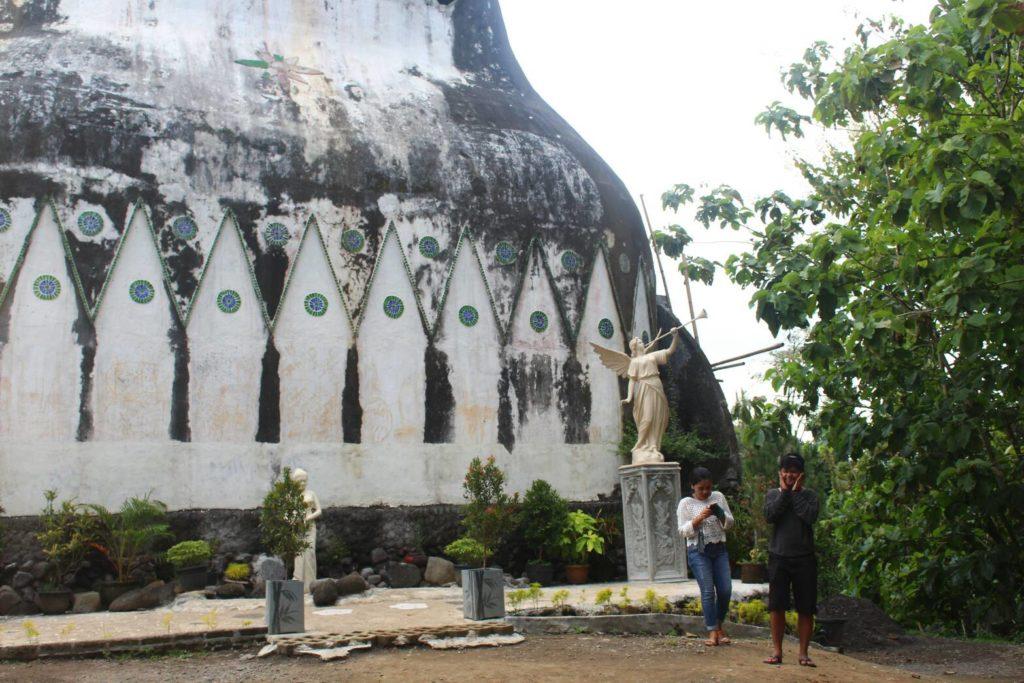Suasana pengunjung saat tiba di Gereja Ayam