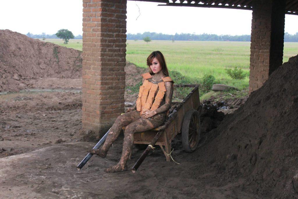 Dhia Lho menggunakan rompi berbahan tanah liat