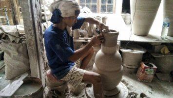 Seorang pengrajin keramik membentuk guci di galeri Ceramics Art Home indutri, Rabu (22/2/2017). Septian Setiawan/Magang