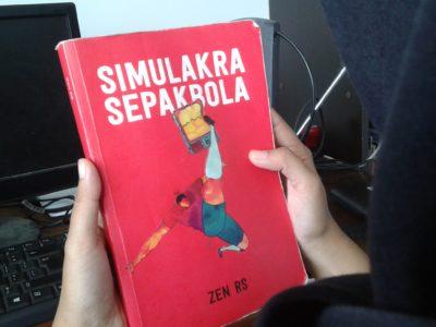 Simulakra Sepakbola karya Zen Rahmat Sugito ini diterbitkan tahun 2016 oleh Penerbit Indie Book Corner. (Rendy M. Muthaqin/SUAKA)