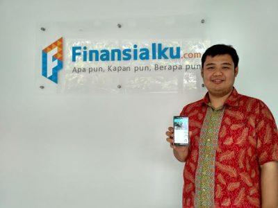 Co-Founder Finansialku.com, Alvin Augusto Saputra, saat memperlihatkan aplikasi miliknya, Jumat (24/2/2027). Ambang Al Amasy/Magang