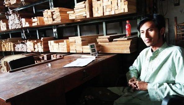 Fatoni, pemilik toko kayu dengan pemanfaatan limbah saat ditemui di Jl. A.H Nasution No. 455C, Kamis (23/2/2017). Anggi Nindya Sari/Magang