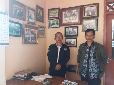 (Dari Kiri) Sekretaris Perkumpulan Benjang Indonesia (PBI), Agus Nurohman dan Bendahara PBI, Abun Yamin saat berfoto diruangan sekretariat PBI, Jum'at (24/2/2017). Devianti Anggraeni/Magang