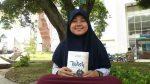 Ana Herliana, memperlihatkan novel pertamanya di depan fakultas Ushuluddin, Rabu (22/2/2017). novel terbitan indie tersebut berjudul Wish, dan ia mendistribusikannya melalui online. Indah Rahmawati/ Magang