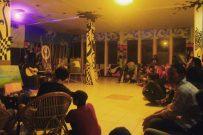 Komunitas Forum Sastra Lilin Malam sedang mengadakan acara malam puisi apresiasi karya Bunyamin Fasa dan Pungkit Wijaya di Cafe Hadori, Bandung, Rabu, (23/2/2017). Rafi Fachmi/Magang