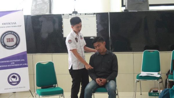 Rian Riswanda (kanan) sedang melakukan hipnoterapi terhadap seorang mahasiswa yang menderita fobia. Kamis (16/2/2017). Riswan Rismawan/Magang