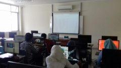 Para mahasiswa Teknik Informatika sedang menggunakan komputer, Kamis (16/02/2017). Noni Wulandari/Magang