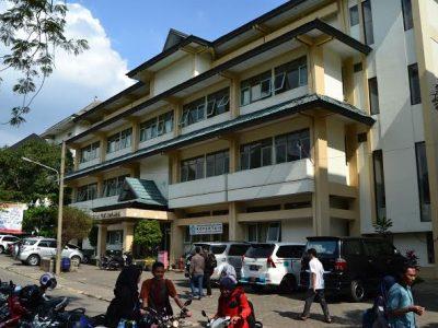 Para mahasiswa sedang beraktivitas pada  jam kuliah di depan gedung Kopertais UIN SGD Bandung, Kamis (23/2/2017). Wahyudin Rukmana/Magang