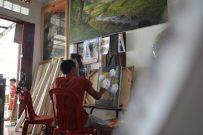 Pelukis Kampung Jelekong, Didi, saat melukis bunga di galeri miliknya, Rabu (15/2/2017). Yudha Sena /Magang