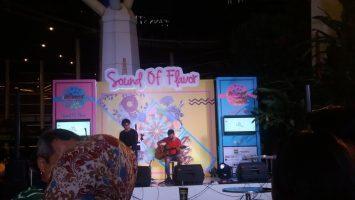 Salah satu penampilan band saat mengisi acara Urflavor Market Vol.4 Sound of Flavor di Plaza Trans Studi Mall, Sabtu (4/3/2017). Mita Nurul Hasanah/Magang