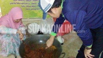 Dua orang mahasiswa asal Patani sedang memasak bumbu yang akan dijadikan gulai untuk santapan makan malam bersama, kamis (24/9/2015). Dok. Suaka