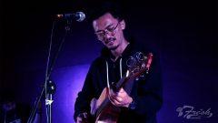 Gitaris sekaligus backing vokal Parahyena, Radi Tajul tampil menutup gelaran Fidkom Fest 2018 di Aula Anwar Musaddad, Jumat (16/3/2018).