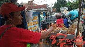 Seorang pedagang cilor menjajakan dagangannya di depan kampus UIN SGD Bandung, Rabu (13/2/2019). (Maysa Syifa Aljauza/Magang)
