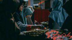 Antrian pengambilan menu buka puasa jamaah di masjid Al-Lathiif Jl. Saninten No.2, Bandung, Kamis (14/2/2019). Yunita / Magang