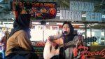 Penampilan dua mahasiswi yang sedang menyanyikan lagu aransemen di Pojok Literasi Seni, Kamis (14/03/19).