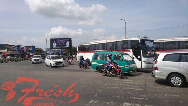 Kondisi arus lalu lintas pada H-1 lebaran di Cileunyi, Kabupaten Bandung, Selasa (4/6/2019). Bestari Saniya / Suaka