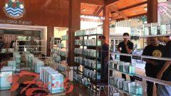 Pengunjung melihat ikan cupang pada acara Kontes Cupang Nasional di Pendopo DPRD Kota Cimahi, Minggu (14/7/2019). Syifa Nurul Aulia / Suaka